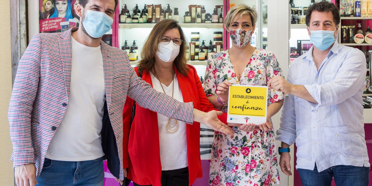 Rivas comienza a entregar los distintivos de la campaña 'Establecimientos de confianza' a los locales que trabajan para cumplir con las normas de higiene y prevención